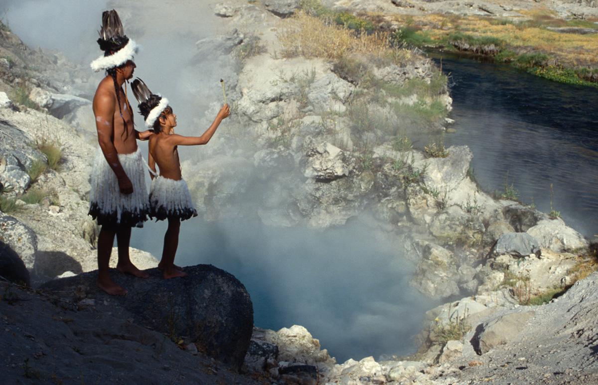 Indianer Nordamerikas - Paiute - Shoshone - Zeremonie an einer heissen Quelle - Paul Chavez und sein Sohn