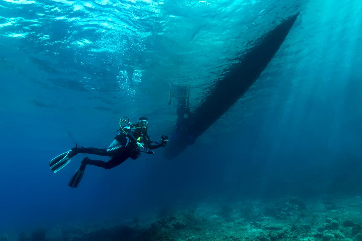 Moalboal, Cebu - Taucher unter Boot