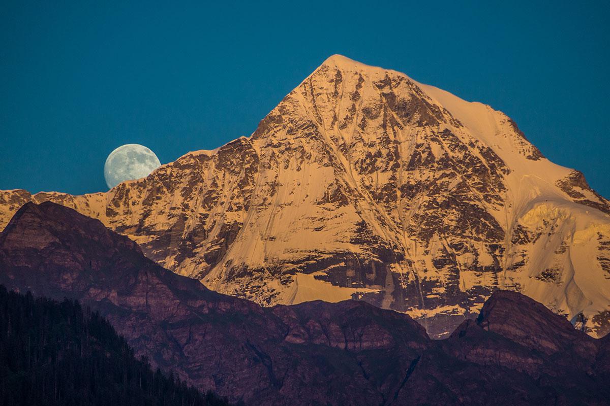 Mond über dem Mönch - Berner Oberland