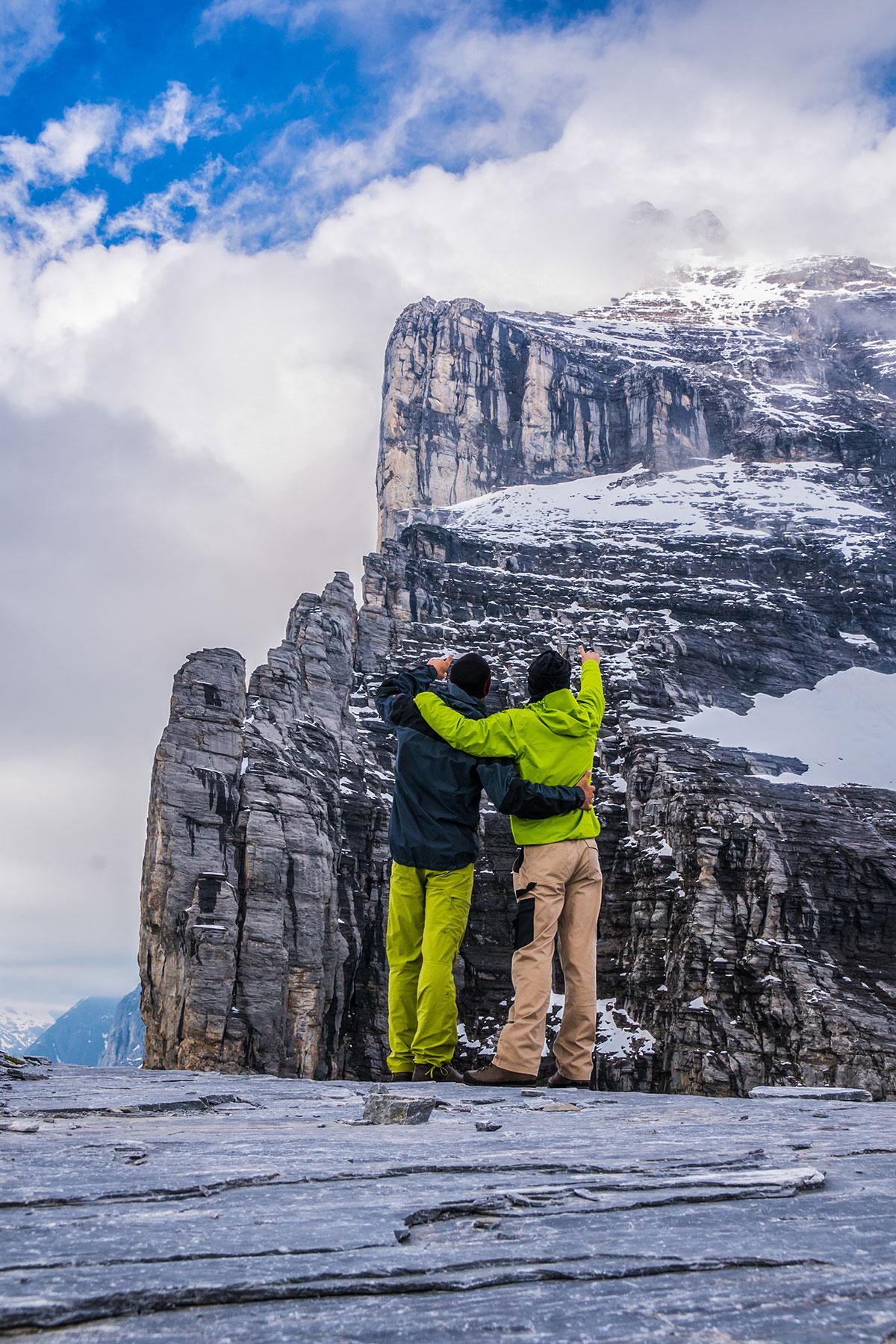 Mathias Weck und Felix Mehne am Rotstock vor der Eiger Nordwand mit Blick auf den Genfer Pfeiler