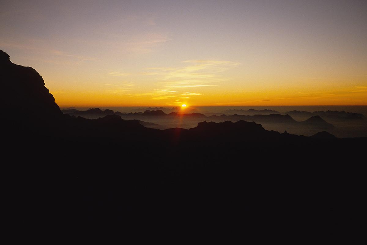 Sonnenuntergang am Biwakplatz in der Eiger Nordwand am Beginn des Götterquerganges