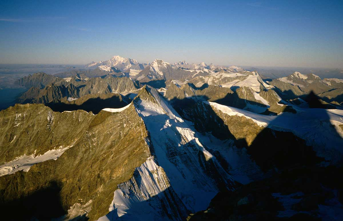 Blick vom Matterhorn Gipfel zum Mont Blanc