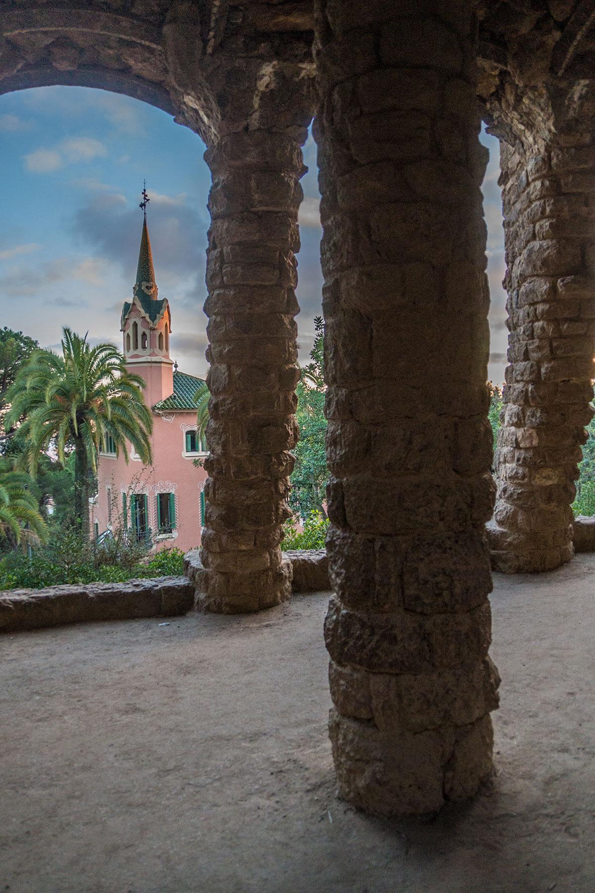 Barcelona - Park Güell - Gewölbe mit Gaudi Haus