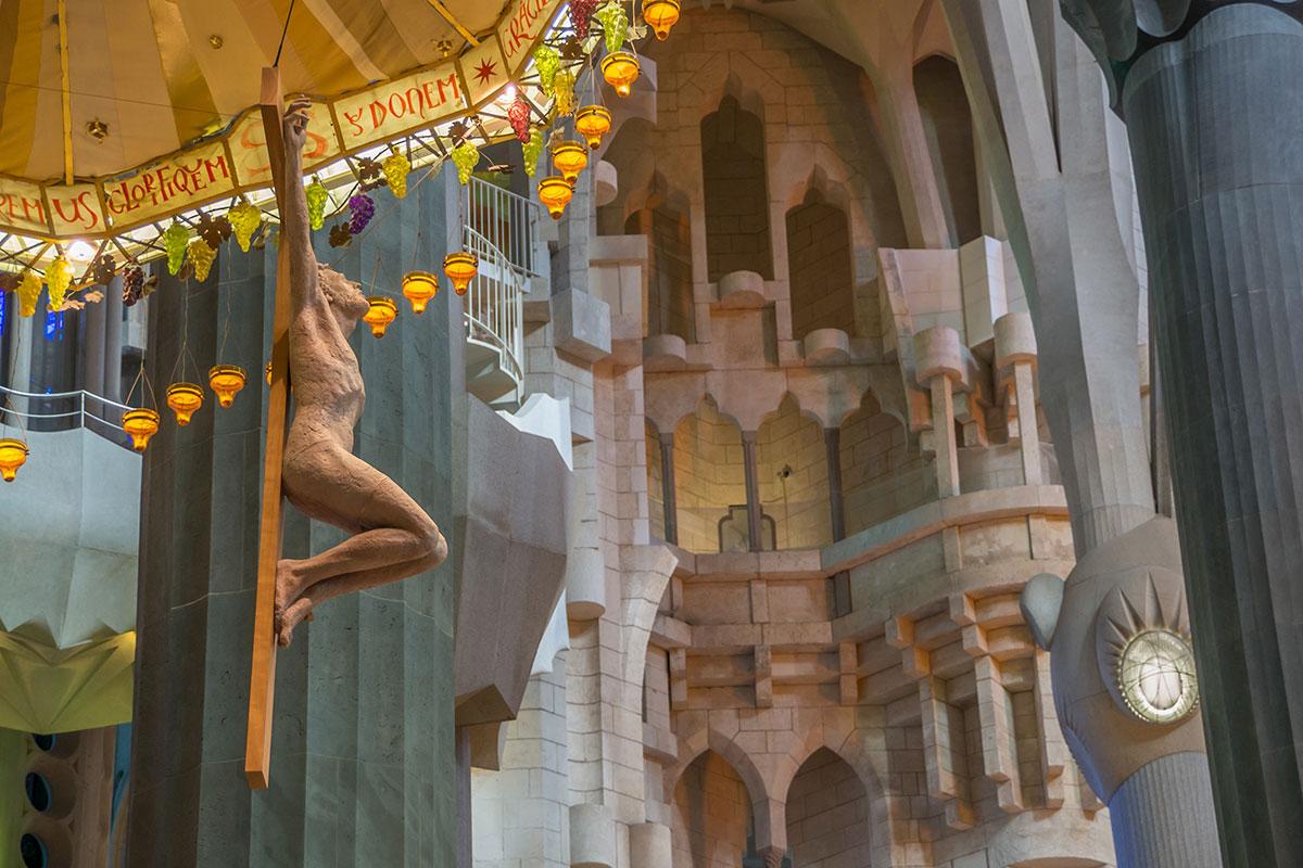 Barcelona - Sagrada Familia - Innenraum - Jesus über dem Altar