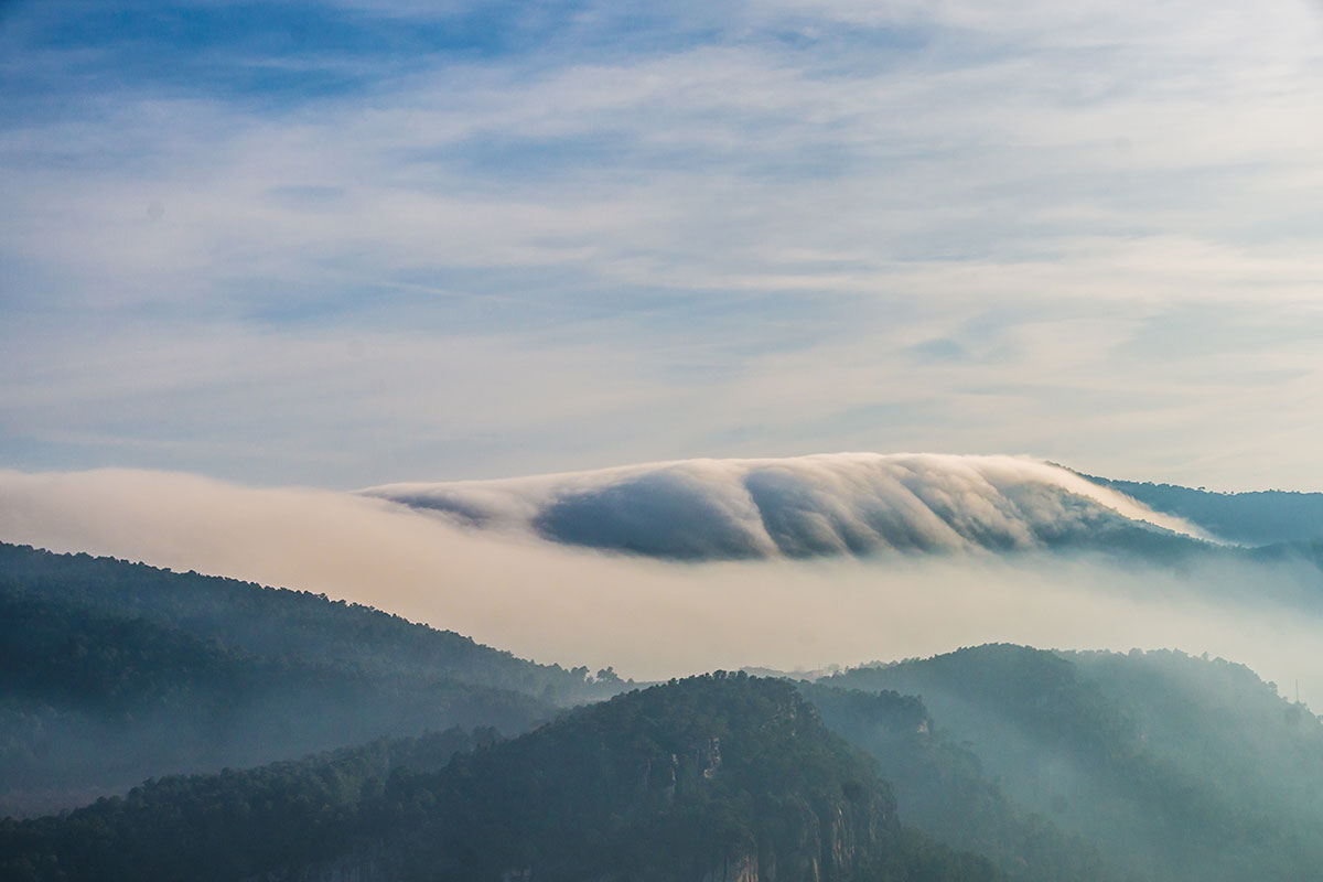 Spanien, Katalonien, Region Tarragona, Blick von Arbolí auf Wolken