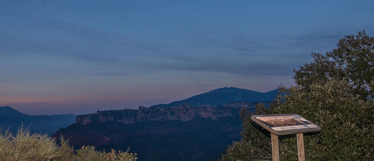 Spanien, Katalonien, Blick auf Siurana am Abend