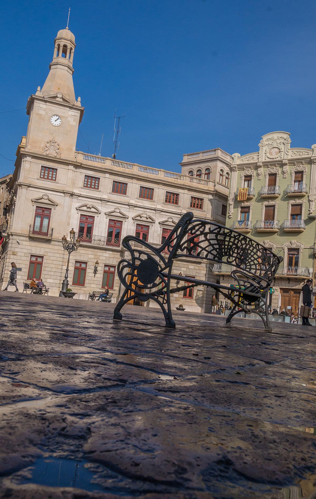 Spanien, Katalonien, Reus, Marktplatz mit Bank