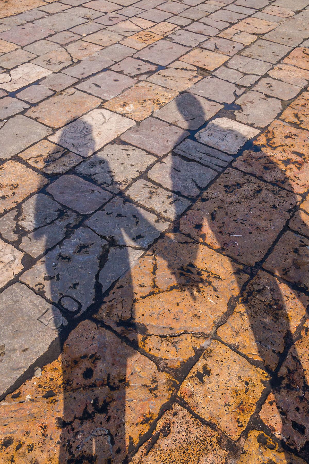 Spanien, Katalonien, Reus, Marktplatz, Schattenwurf von Pärchen
