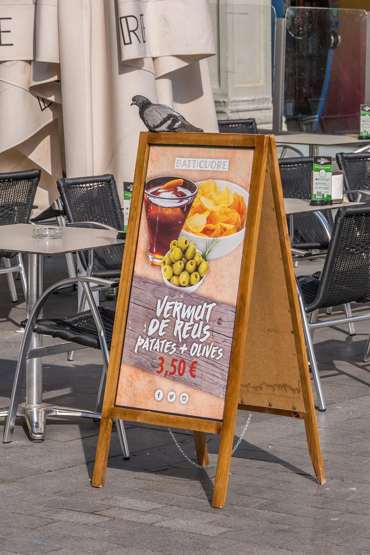 Spanien, Katalonien, Reus, Marktplatz, Taube auf Restaurant Plakat