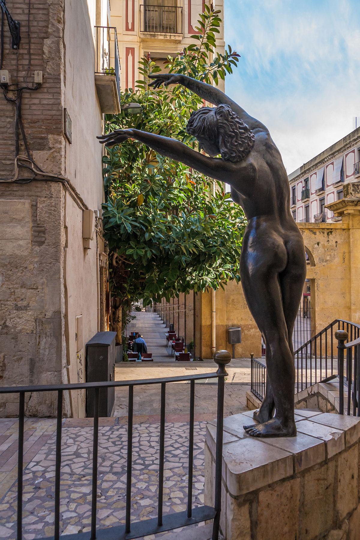 Spanien, Katalonien, Reus, Skulptur nackte Frau