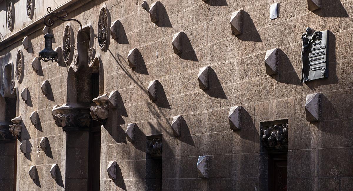 Spanien, Katalonien, Reus, Lichtspiel auf Fassade