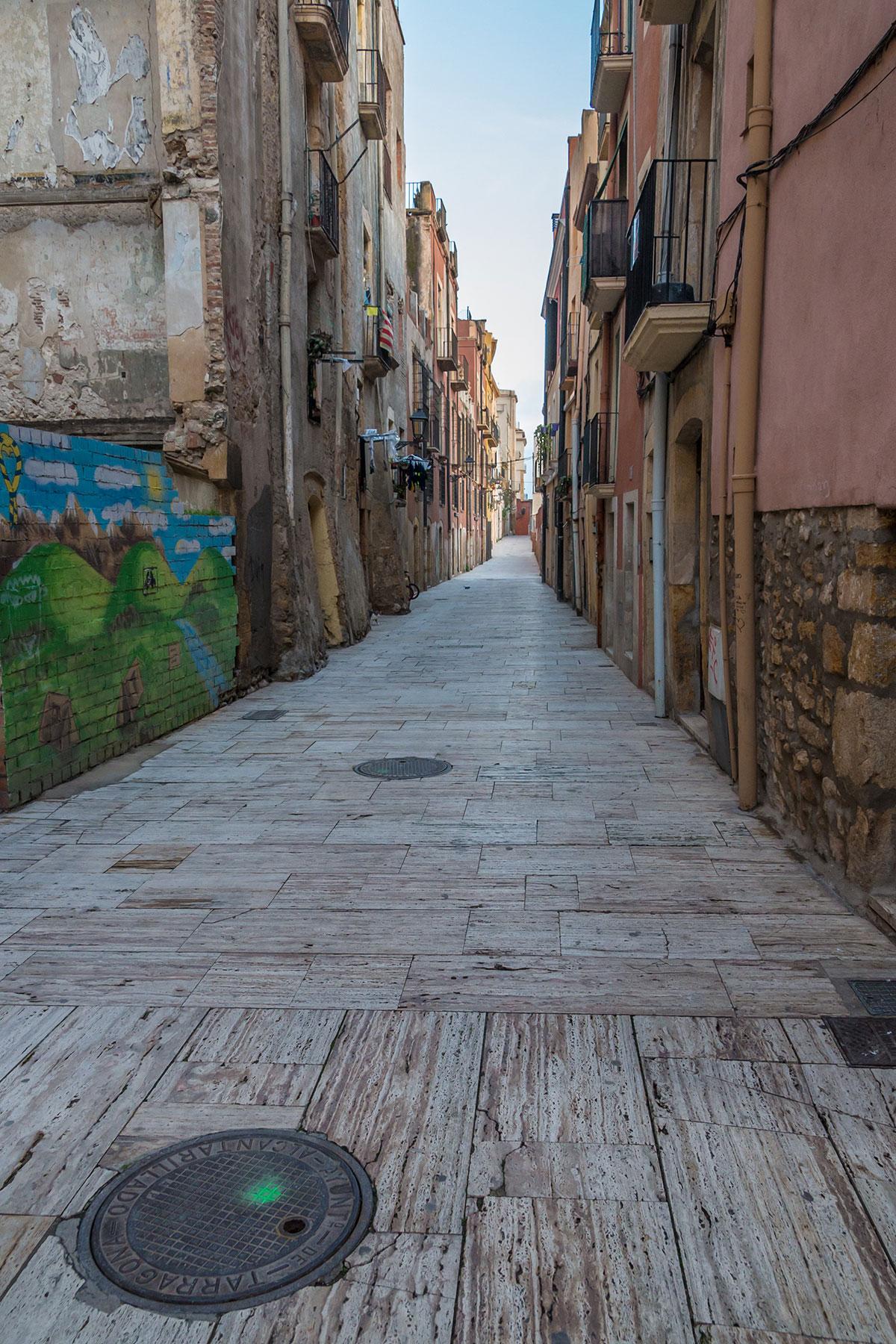 Spanien, Katalonien, Tarragona, Gasse mit Sieldeckel