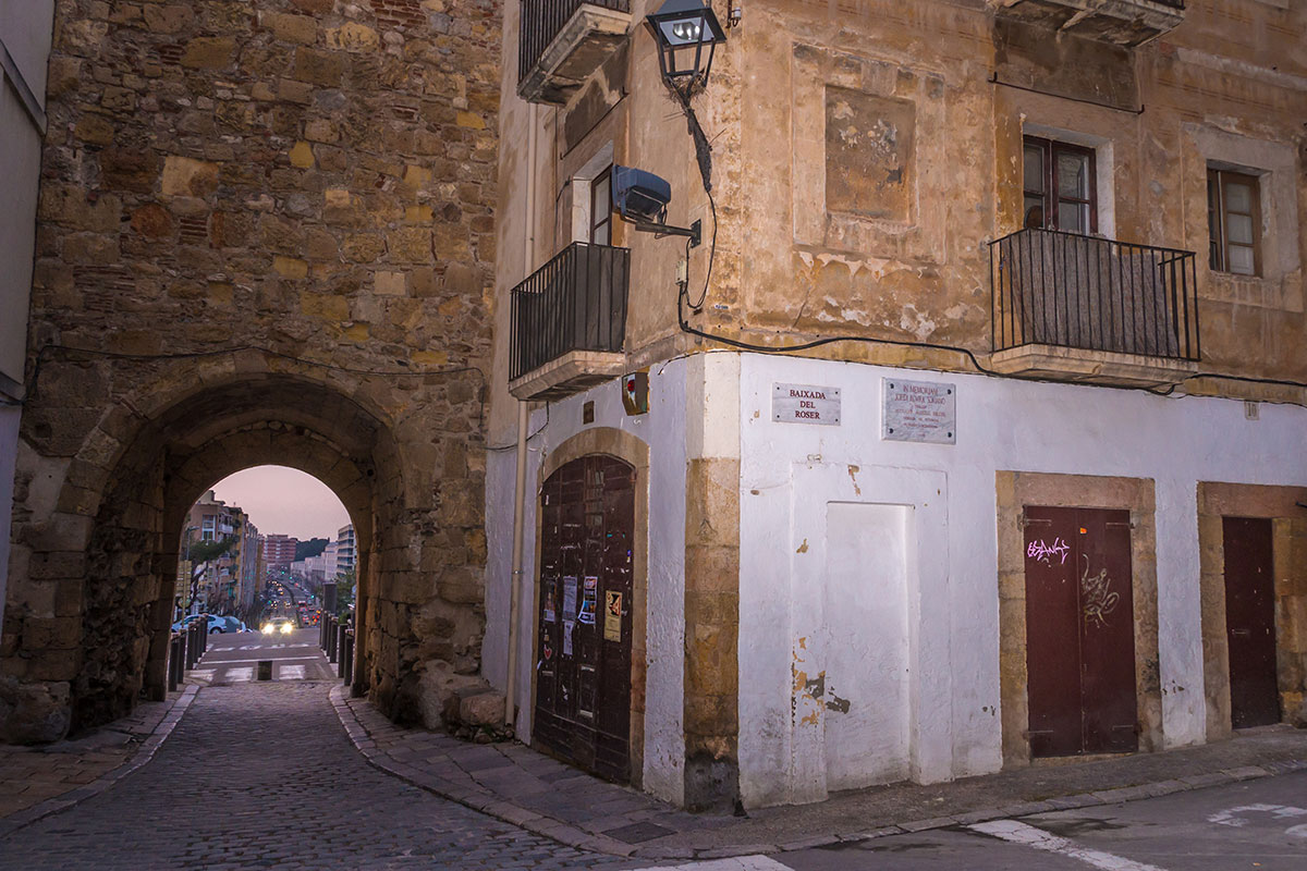 Spain, Catalonia, Tarragona, view through town wall