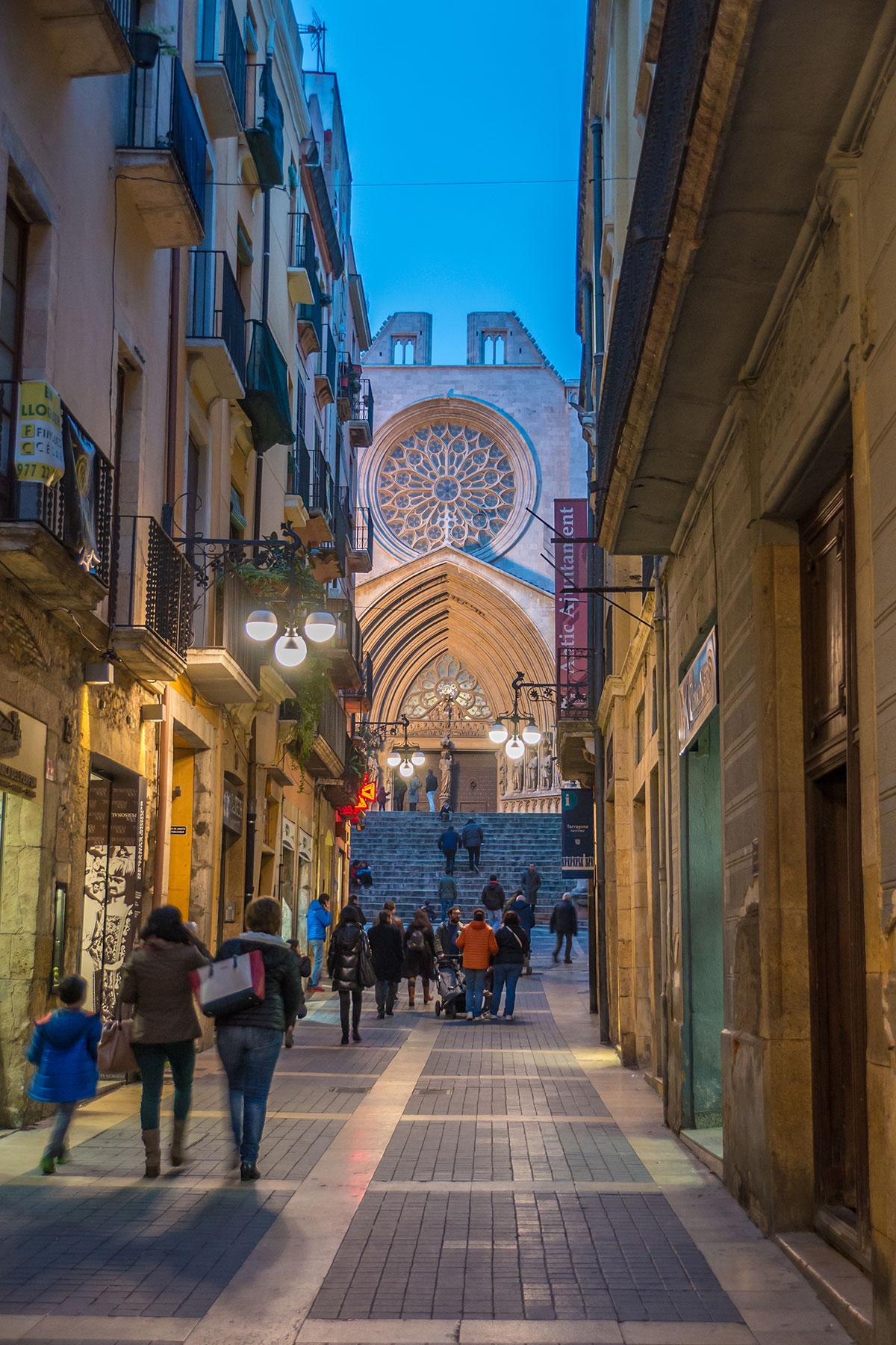 Spanien, Katalonien, Tarragona, Gassen Durchblick auf Kathedrale am Abend