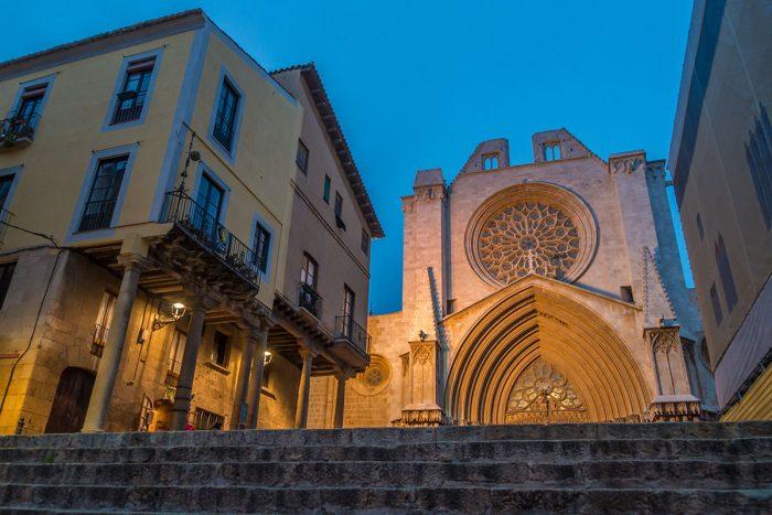 Spanien, Katalonien, Tarragona, Blick auf Kathedrale am Abend