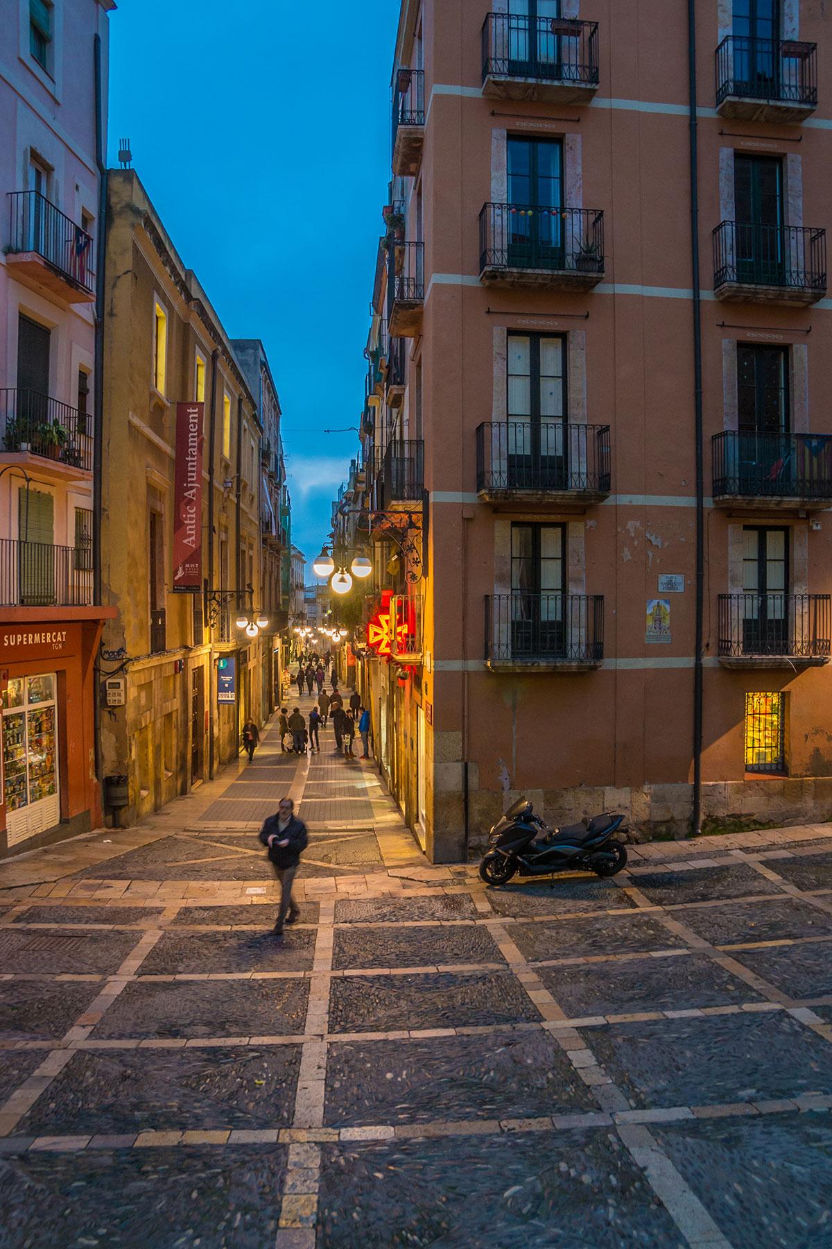 Spain, Catalonia, Tarragona, street life near the cathedral