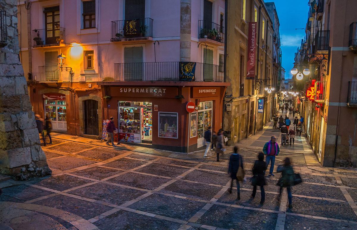 Spanien, Katalonien, Tarragona, Strassenszene am Kirchvorplatz