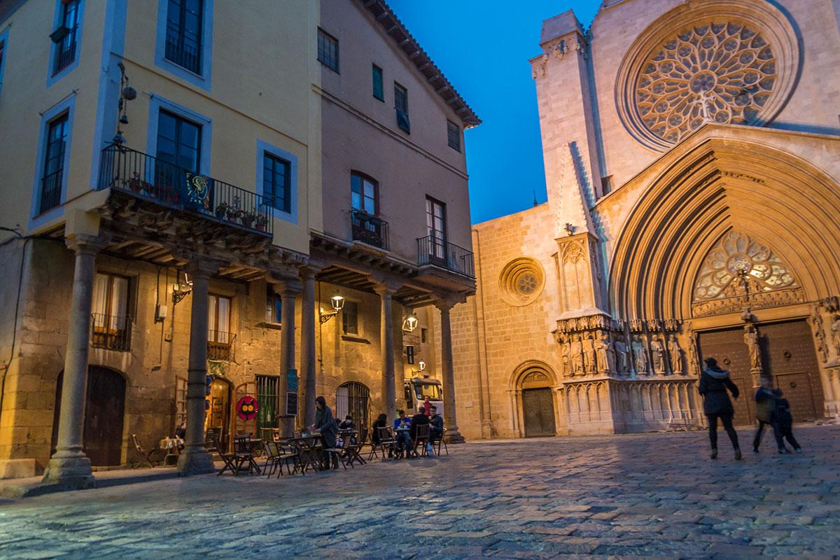 Spain, Catalonia, Tarragona, Bodega in front of the cathedral