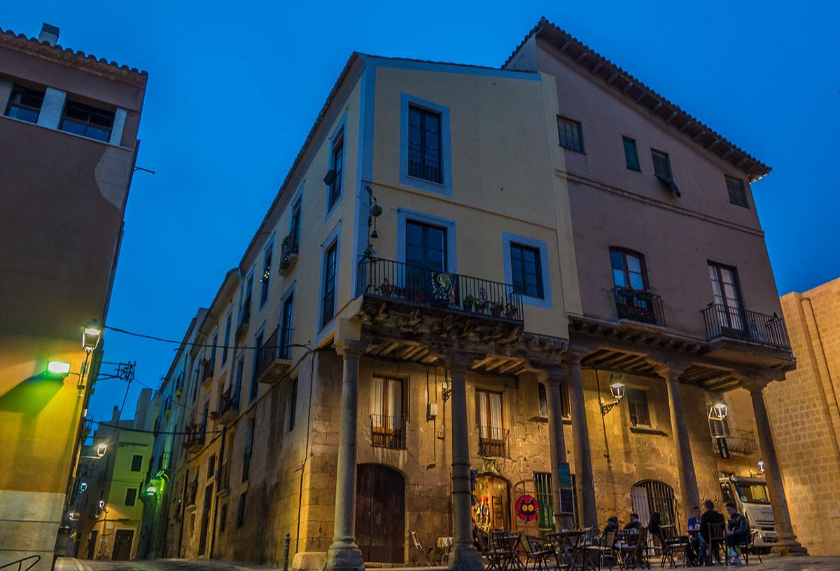 Spanien, Katalonien, Tarragona, Bodega am Kirchvorplatz