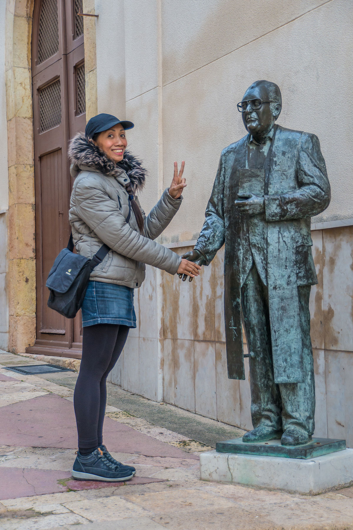 Spain, Catalonia, Tarragona, statue shaking hands