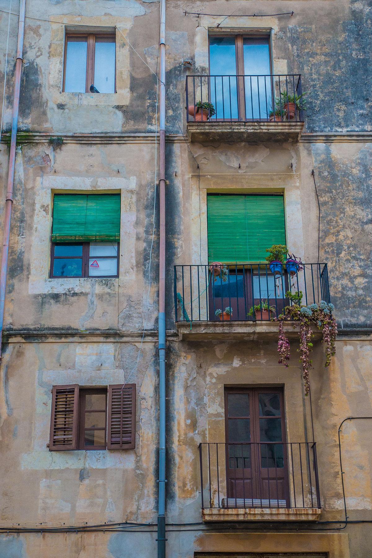 Spanien, Katalonien, Tarragona, Fassade mit Balkonen