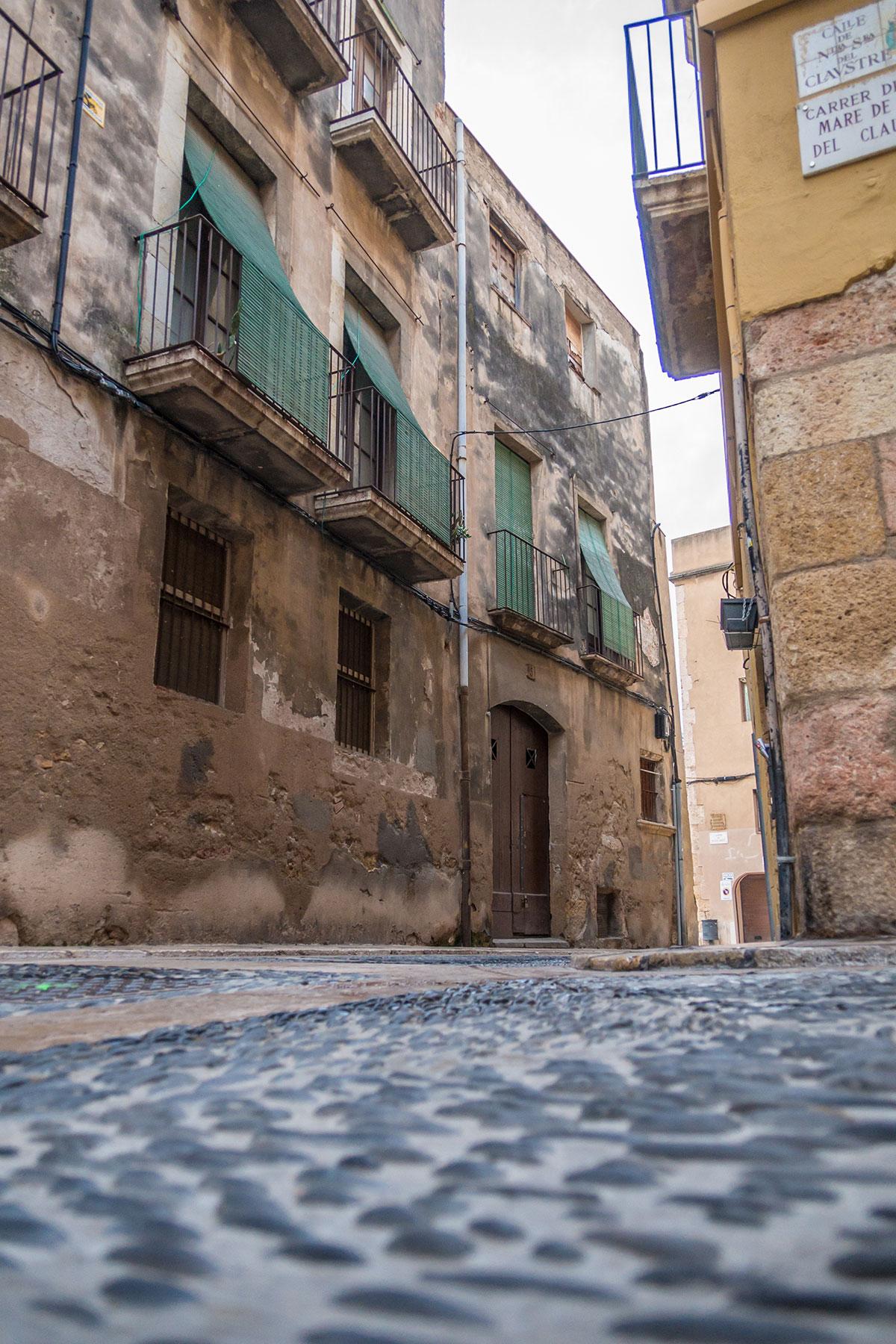 Spanien, Katalonien, Tarragona, gepflasterte Strasse