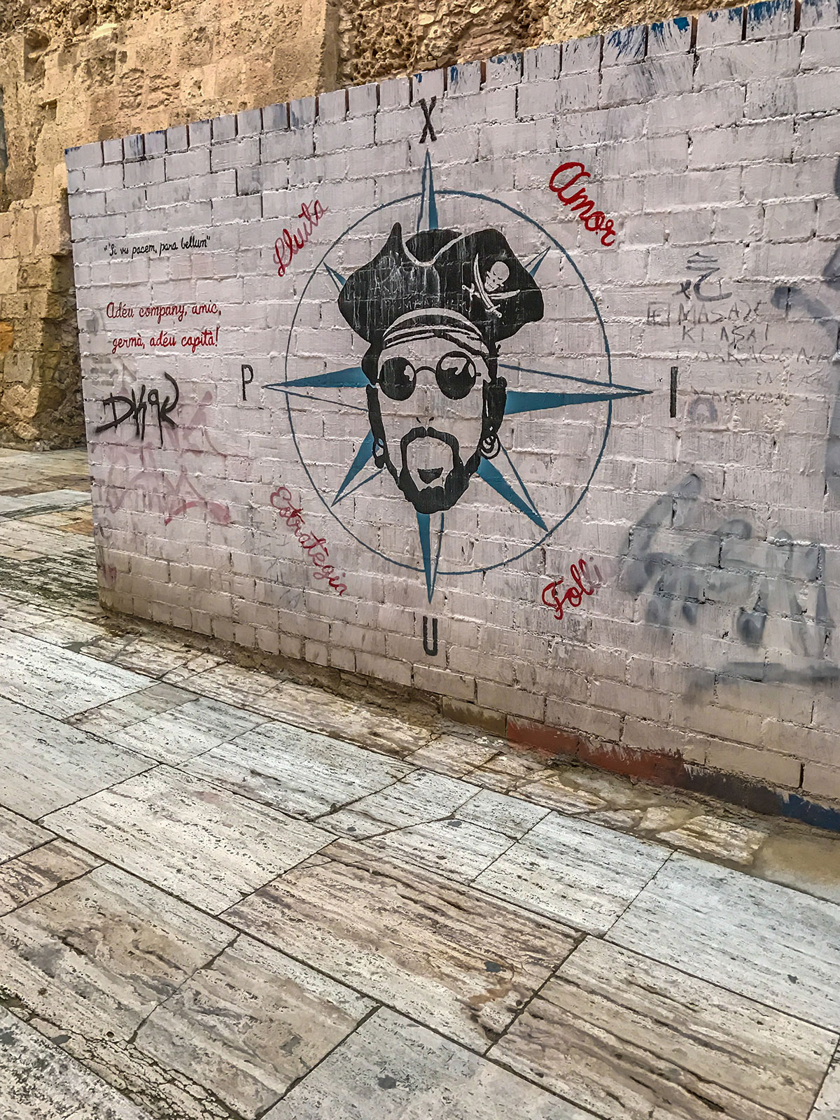 Spanien, Katalonien, Tarragona, alte Mauer mit Graffiti