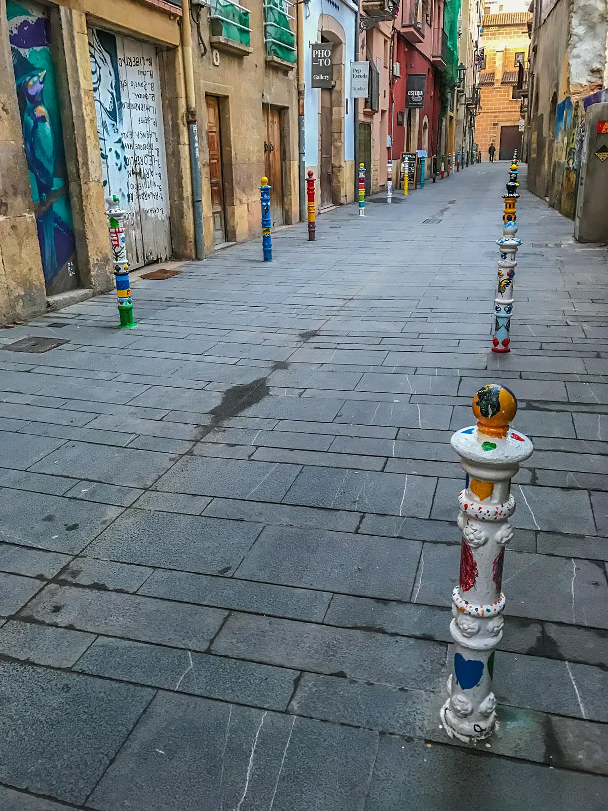 Spanien, Katalonien, Tarragona, Gasse mit bemalten Pfählen