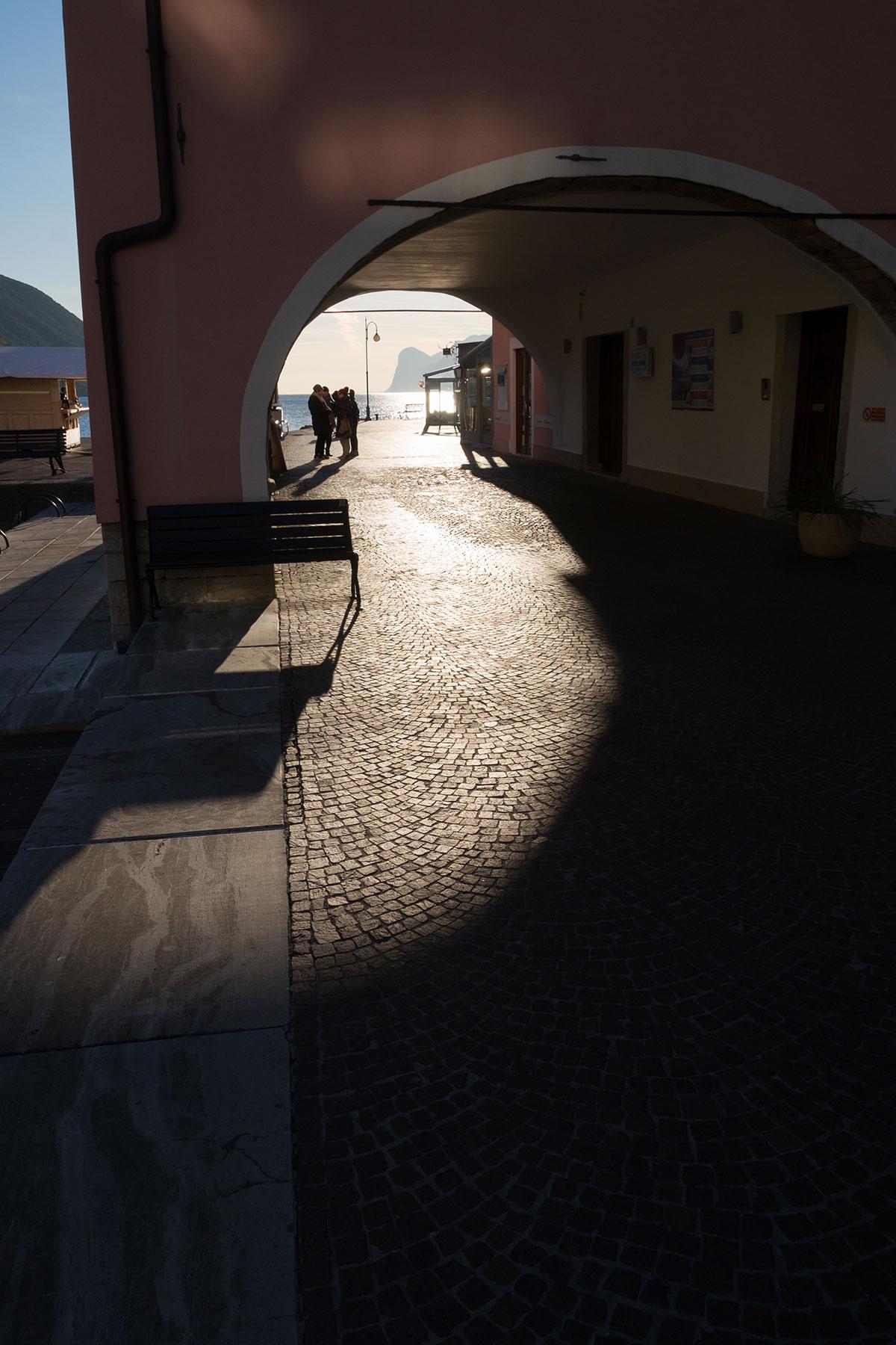 Torbogen im Hafen von Torbole