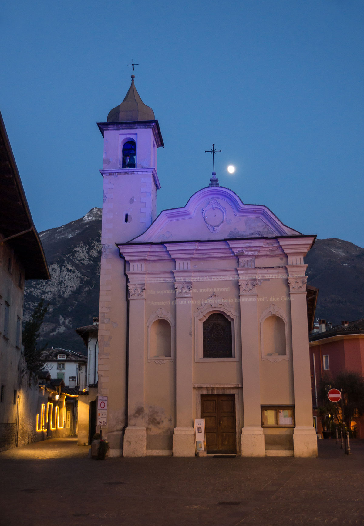 Abendstimmung mit Kirche und Mond in Arco