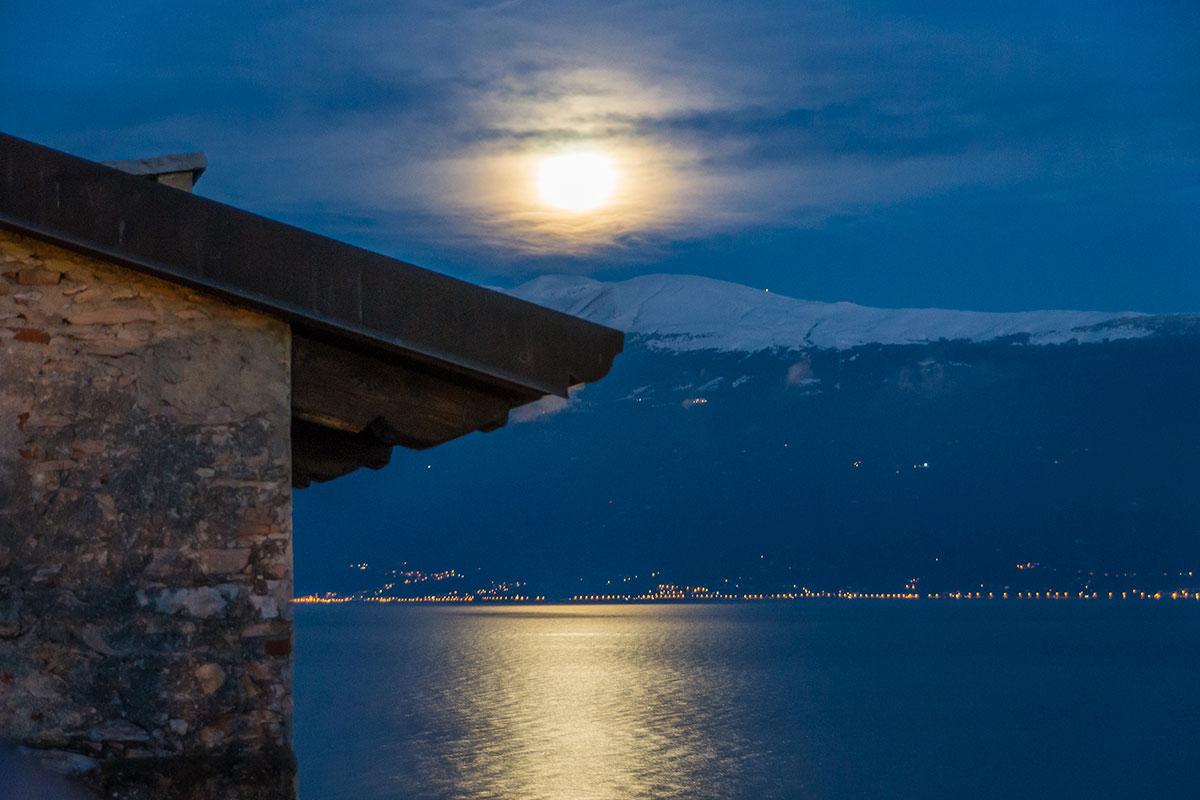 Mond über Gargnano am Gardasee