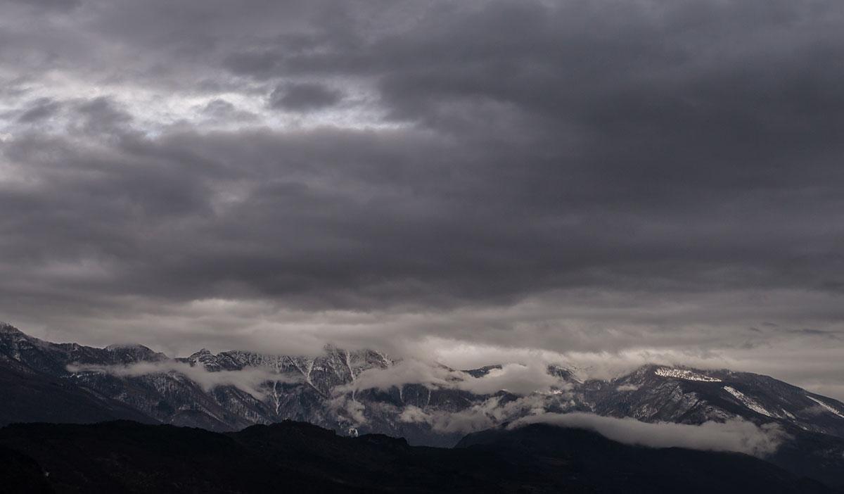 Berge mit Wolken hinterm Lago di Toblino