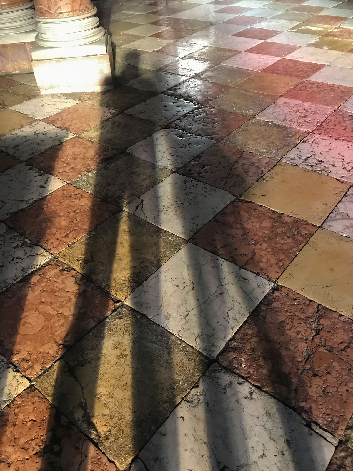 Lichtstimmung in der Kirche am Marktplatz in Arco
