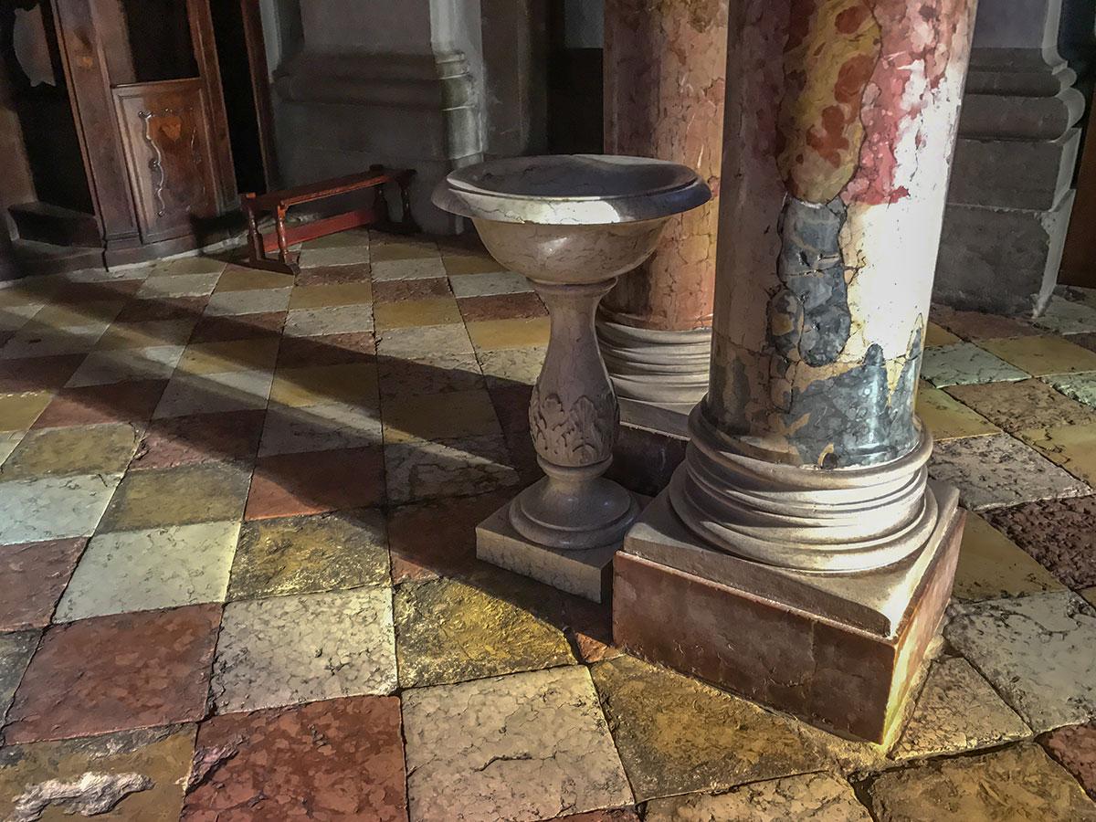 Weihwasser Becken der Kirche am Marktplatz in Arco