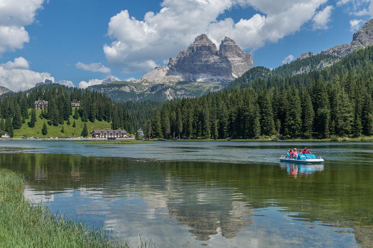 Die Drei Zinnen aus dem Tal von Süden mit Tretboot