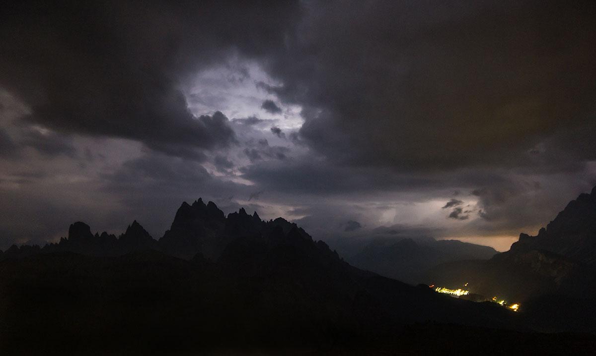 Blick von der Auronzo Hütte zu den Cardinispitzen bei Gewitter