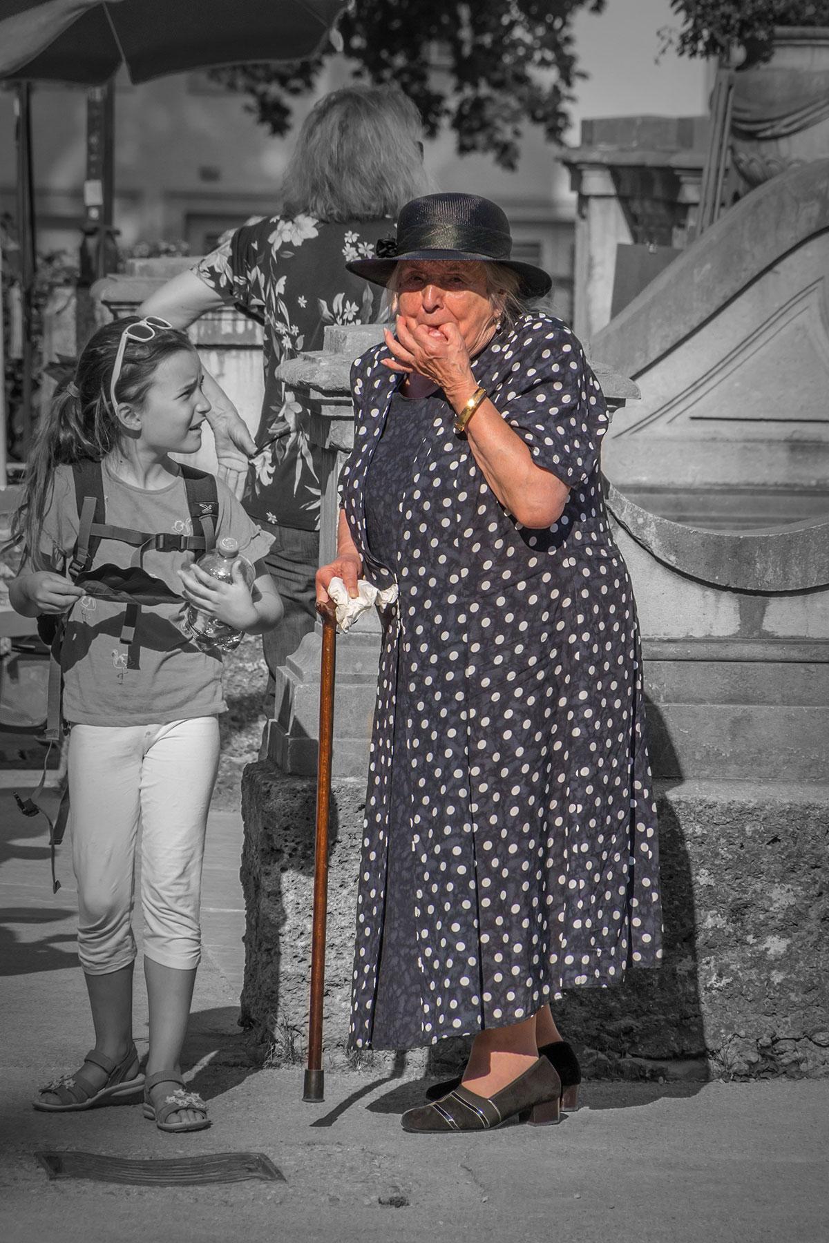 Salzburg, Alte Dame mit Hut pfeift