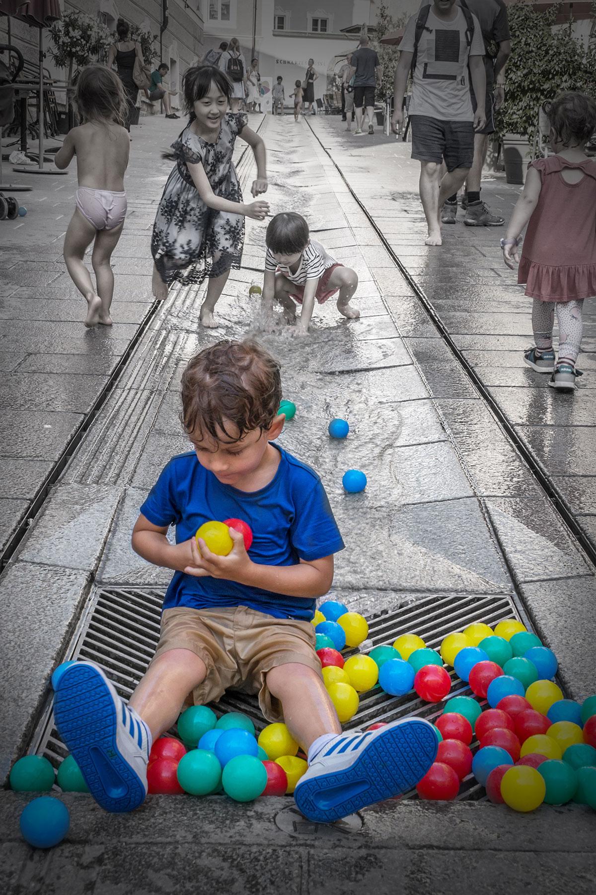 Salzburg, Kind mit Wasserspielen