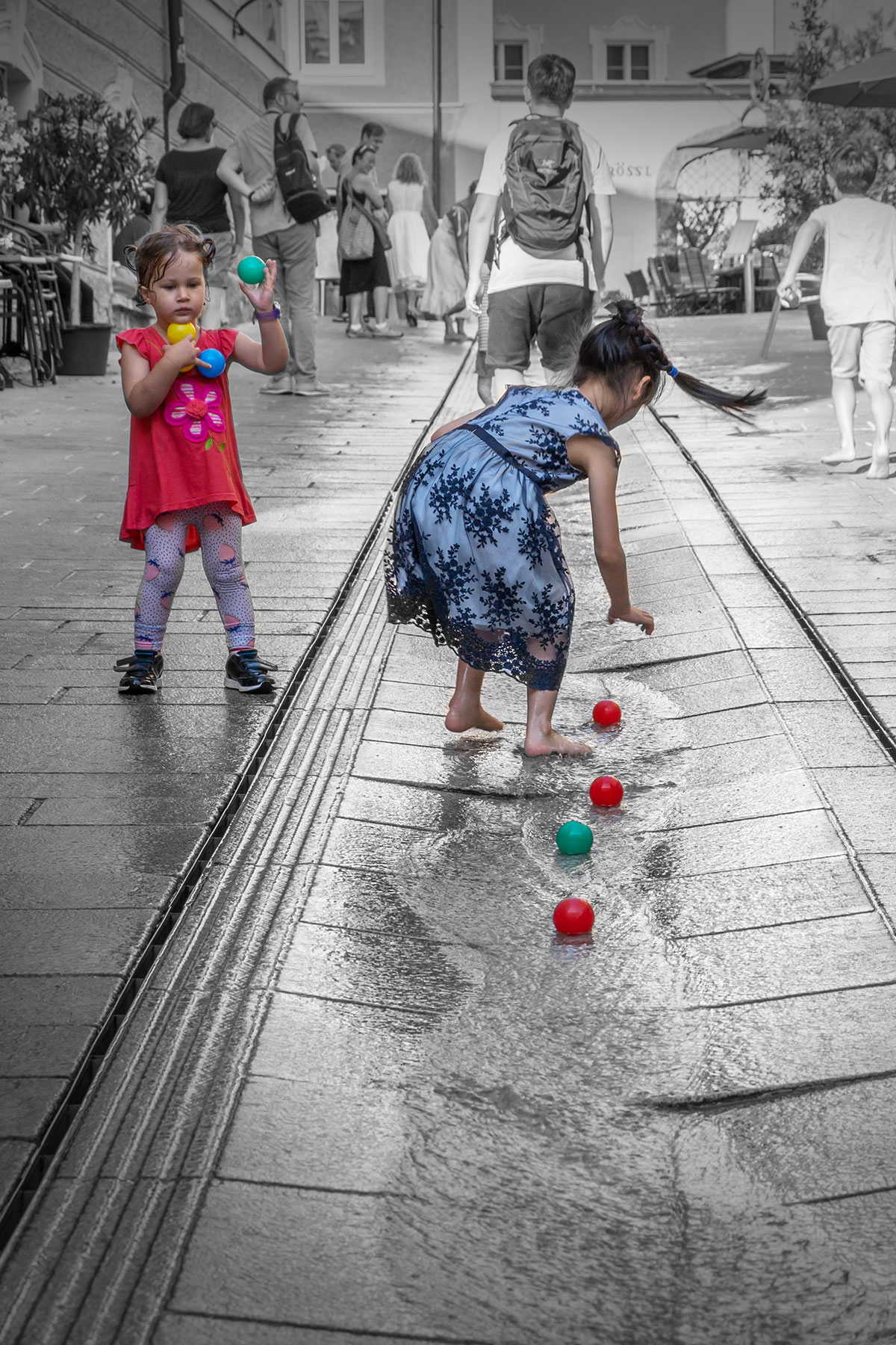 Salzburg, Kinder mit Wasserspielen