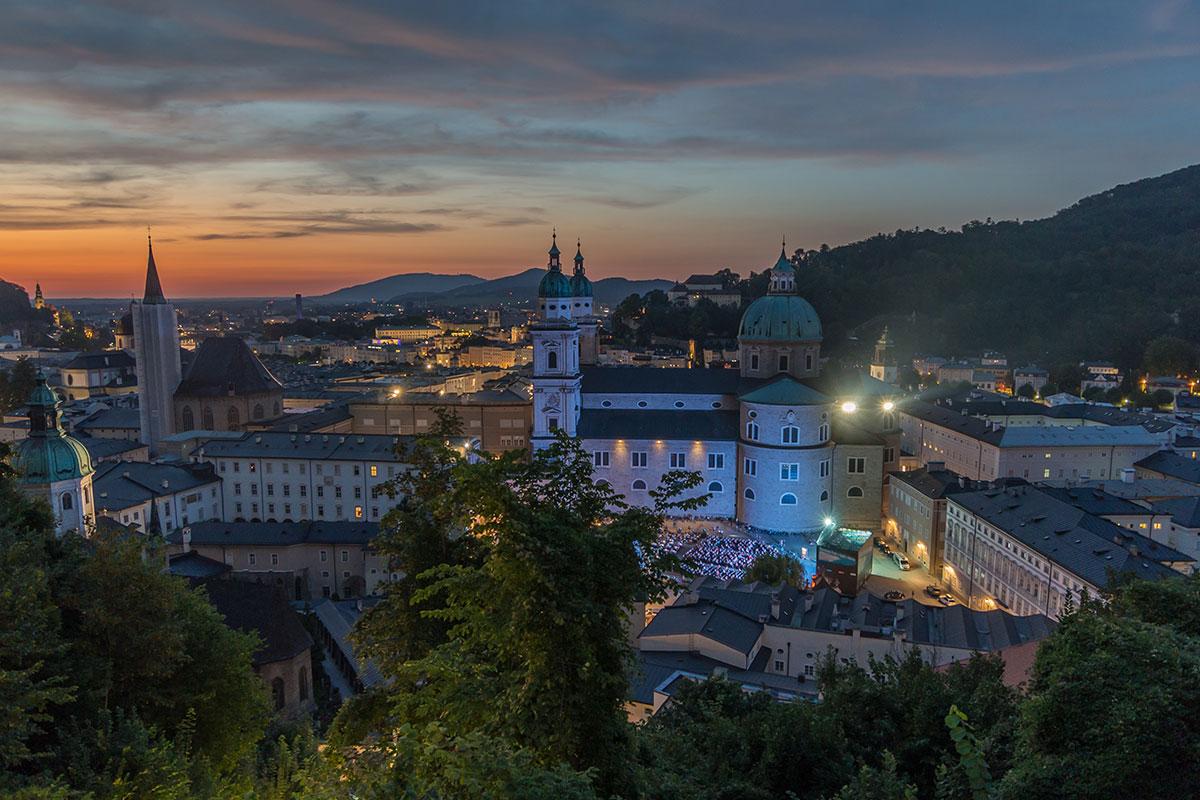 Salzburg, Blick auf den Dom bei Sonnenuntergang mit Festspielen