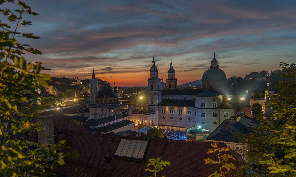 Salzburg, Blick auf den Dom bei Sonnenuntergang