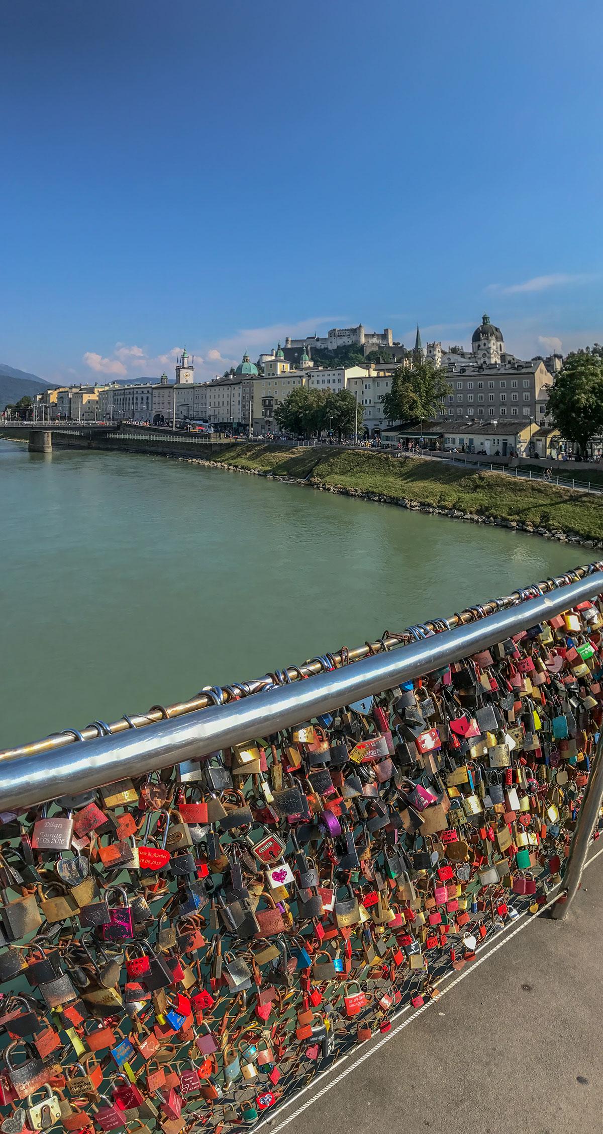 Salzburg, Blick Richtung der Festung Hohensalzburg mit Liebesschlössern