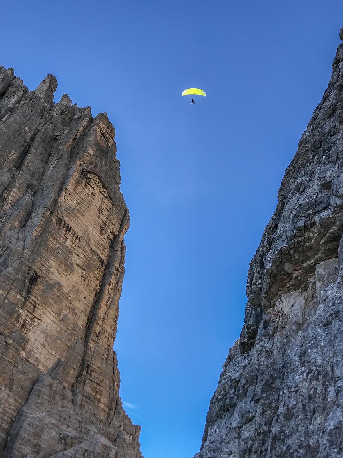Paraglider zwischen Grosser und Westlicher Zinne