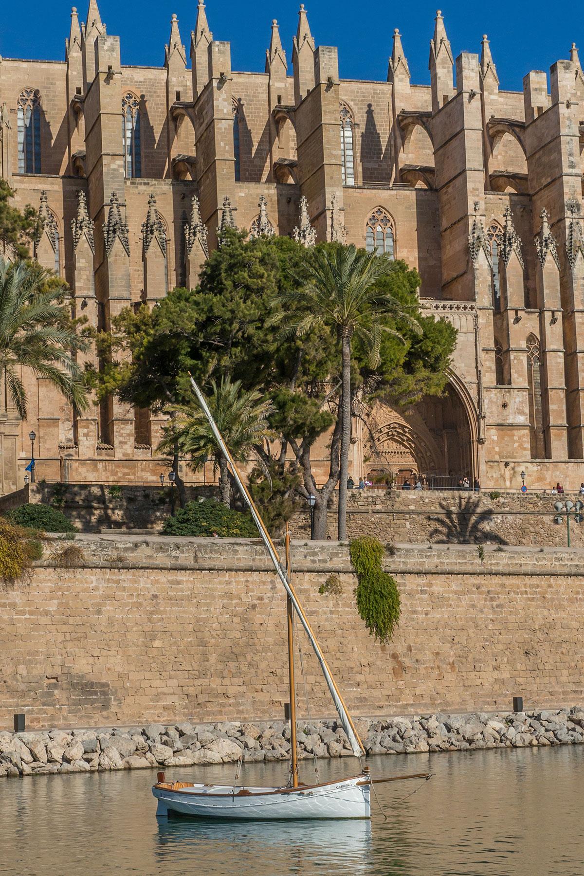 Mallorca, Catedral de Mallorca, Palma mit Segelboot