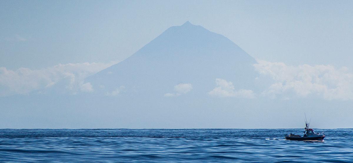 Azoren, Blick auf Pico mit Fischerboot