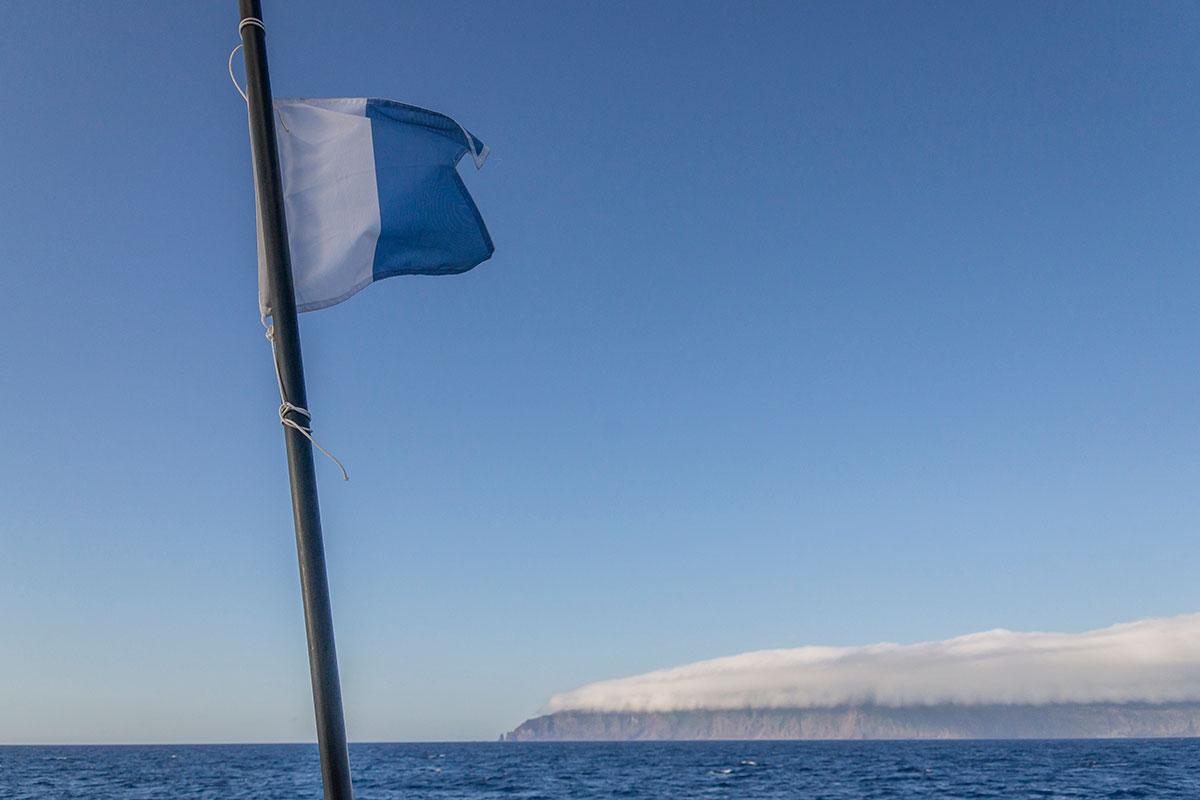 Azoren, São Jorge, Küste mit Taucherflagge