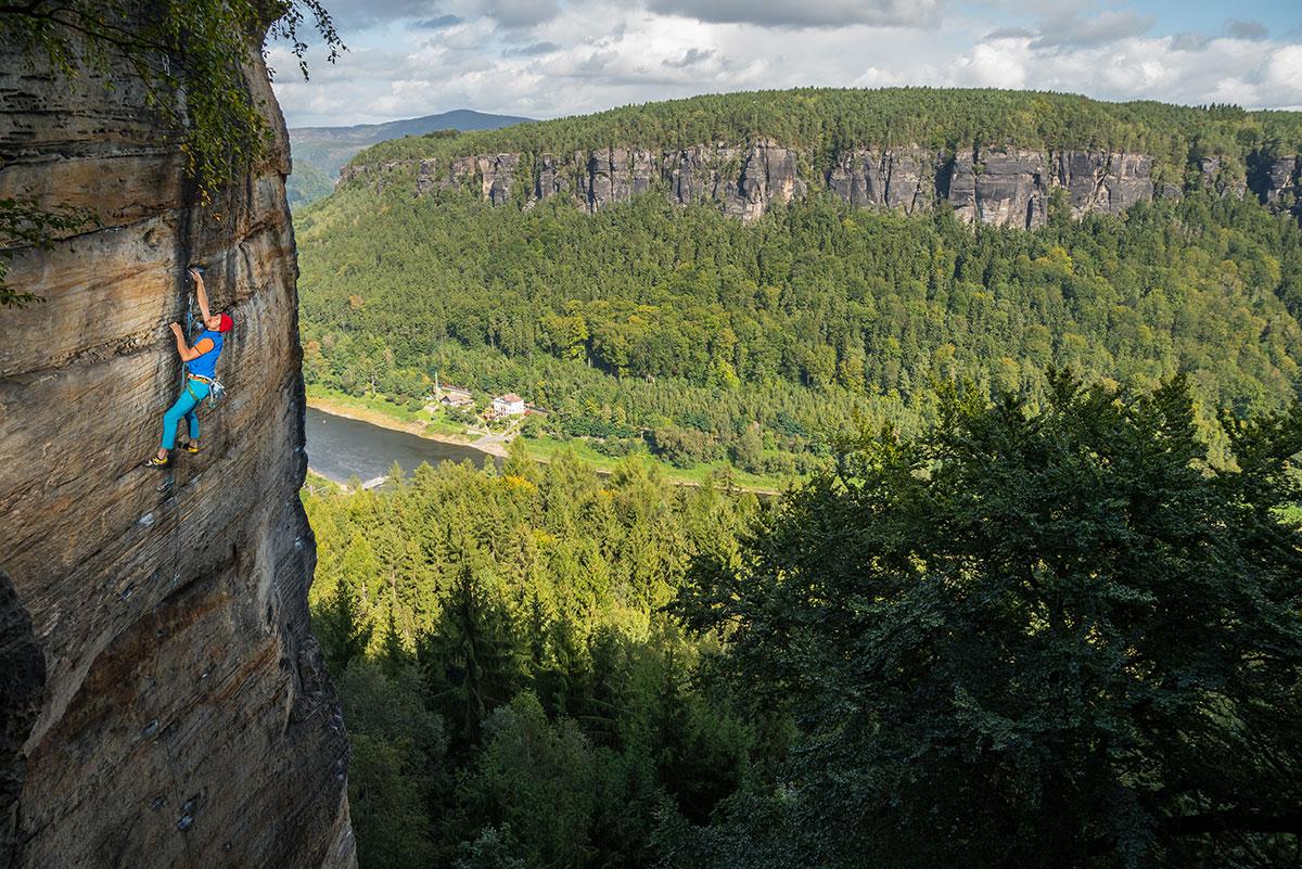 """Elbtal bei Děčín, Jubiläumsturm (""""Indiánka""""), Route """"Vyšší prinzip"""" (Höheres Prinzip), 7c+, Kletterer Felix Mehne"""