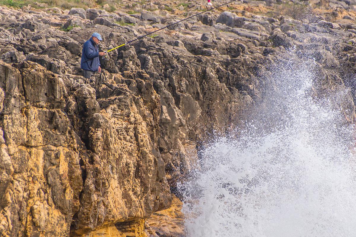 Portugal, Cascais, Boca do Inferno, Angler