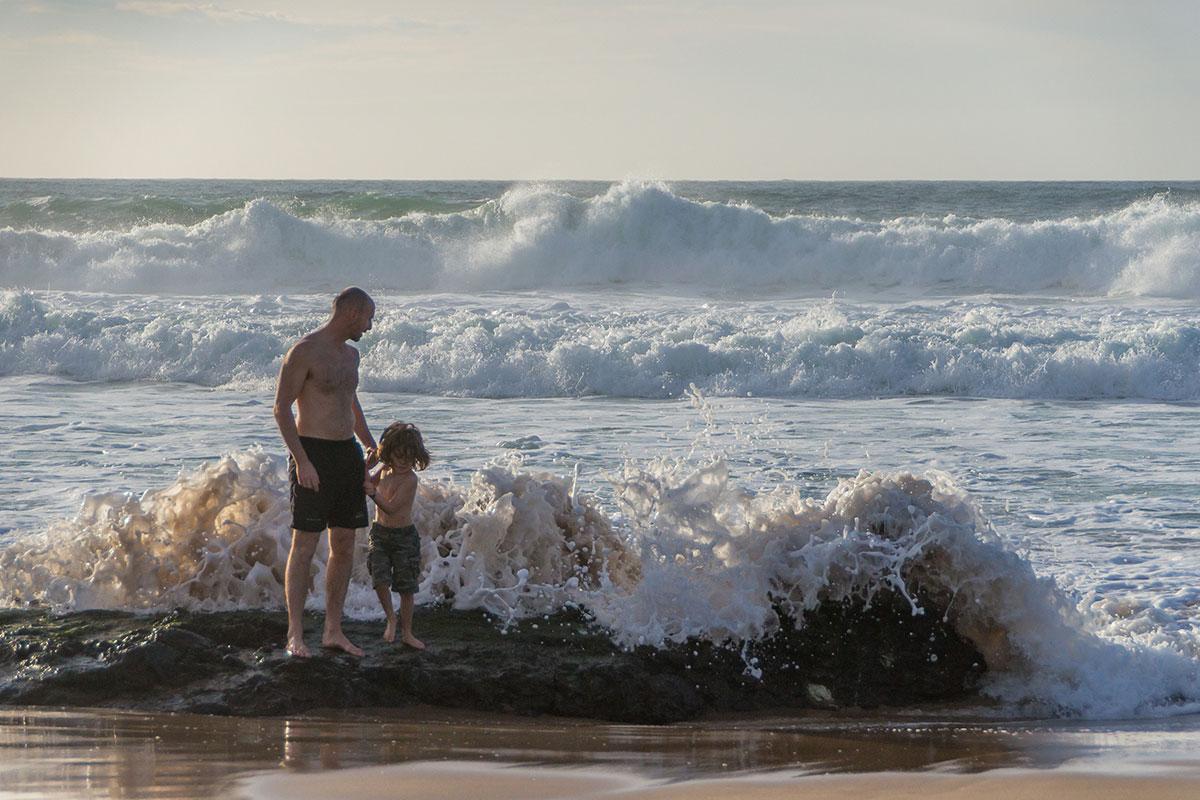 Praia Grande do Guincho, Vater mit Kind und Wellen