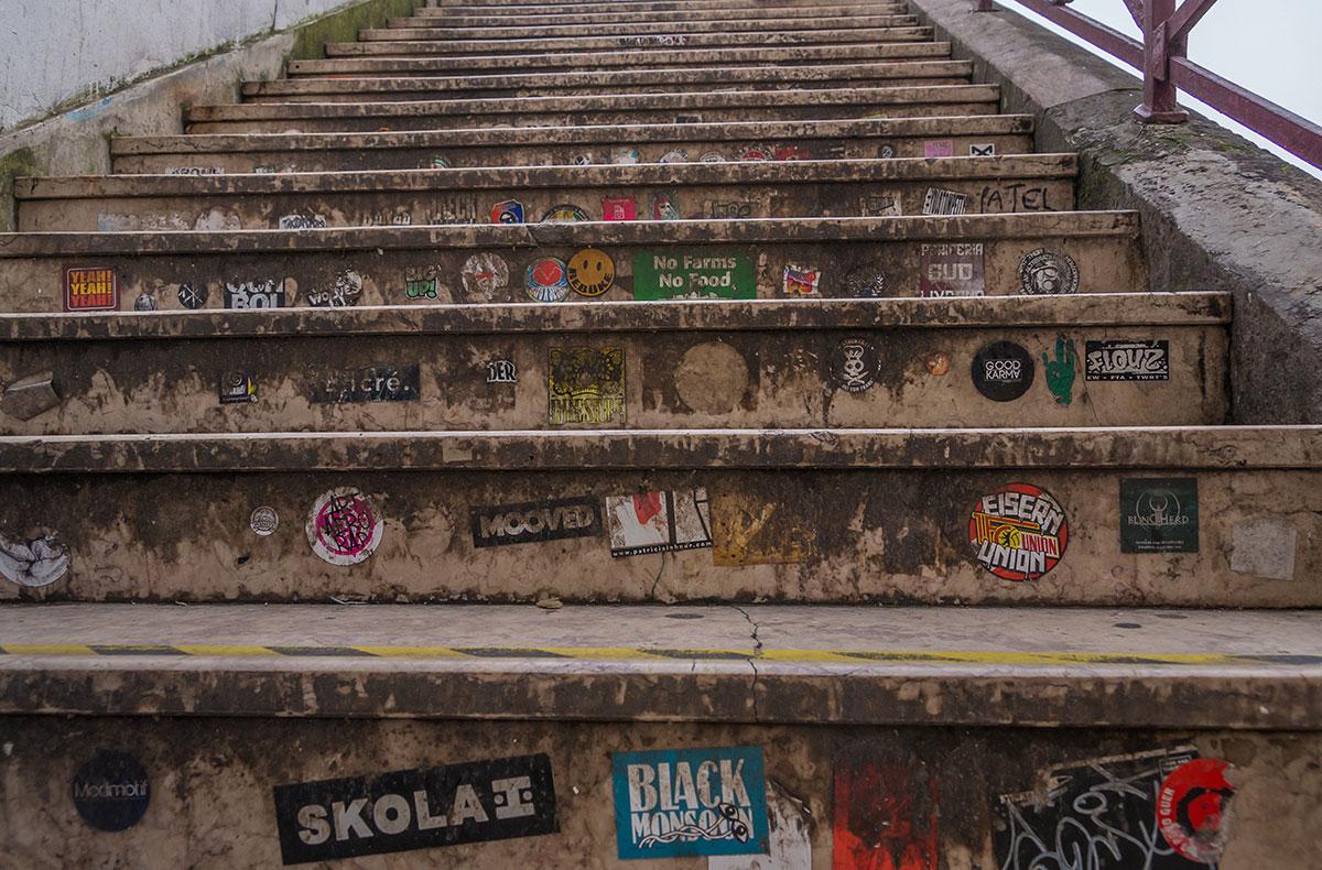 Portugal, Lissabon, Treppe mit Aufklebern
